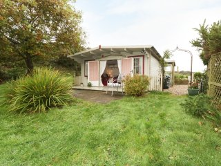 SONGBIRD HIDEAWAY, romantic, pet-friendly, views, in Pwllheli, Ref. 967526