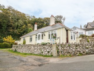 LLIDIART CERRIG, romantic, en-suite bedroom, pet friendly, in Dyserth, Ref