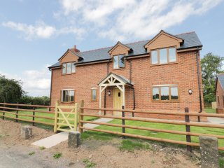 BROOK COTTAGE, spacious, five bedrooms, woodburner, hot tub, near Westbury on Se