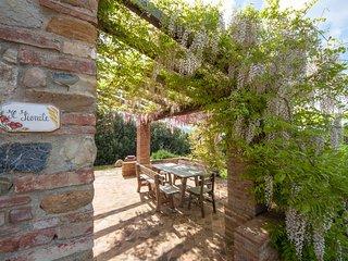 Magnifico fienile all'interno di un borgo medioevale vicino a San Gimignano