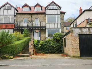 5 THE AVENUE, wood burner, three floors, pet friendly, in Sleights, Ref. 931145