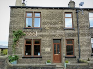 WISTERIA COTTAGE, two woodburners, WiFi, private courtyard, Haworth, Ref 928463