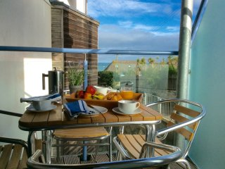 4 OCEAN 1, spacious ground floor apartment, balcony, sea views, WiFi, near Newqu