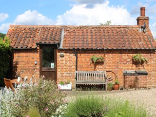 THE RETREAT, romantic, country holiday cottage, with open fire in Oulton, Ref