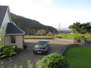 Ring of Kerry/Wild Atlantic Way- 6 BR -sleeps 12- close to village - sea views.