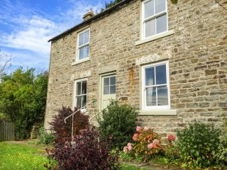 WEST HOUSE, family friendly, character holiday cottage, with a garden in Middlet