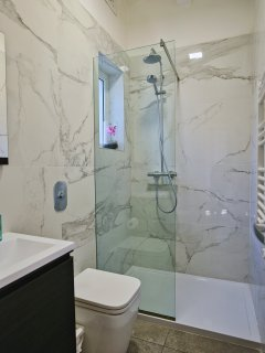 All bedrooms have ensuite with walk-in shower