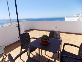 Atico con impresionante terraza con vistas al mar y al Balcon de Europa