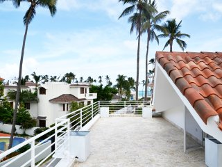 DELUXE VILLA E2, LOS CORALES, BEACH VIEW, POOL, 2 STEPS TO THE BEACH! $129 JULY!