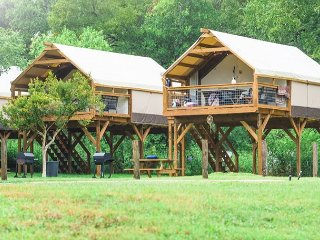 Gorgeous & Fun Glamping! Insulated w/ AC Cabin on Creek! Hot Tub, Kayak!