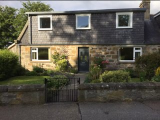 Charming Traditional Cottage with lovely location overlooking Mosset Park