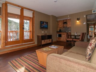 Stunning Banff Suite with Mountain View Balcony and Hot Pools Access