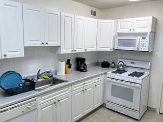 Large 1BD Apt with Free Parking, Metro, GYM, Pool