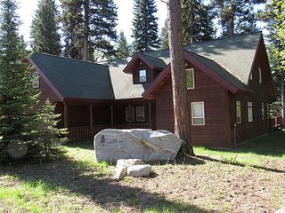 Lodge style home with private hot tub, pool table and Spring Mountain Access