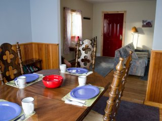 Red Door Cottage - Clean, Cozy, Walk to town