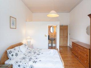 A POPULAR, CITY CENTRE, 5-BEDROOM GEORGIAN APARTMENT - quiet and comfortable.