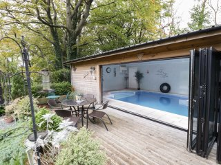 THE BRACKENS HOLIDAY COTTAGE, open plan, swimming pool, summer house, in Mold