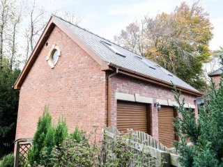 THE BRACKENS HOLIDAY COTTAGE, open plan, swimming pool, summer house, in Mold, R