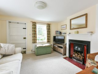 The cosy sitting room has all you need: TV, Blu Ray/ DVD / CD player, games, guide books and maps
