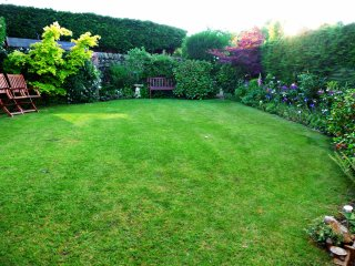 Peaceful, private and very tranquil south facing garden, BBQ and garden furniture for guests use.