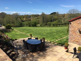 Country Retreat private grounds and terrace with alfresco dining and hot tub
