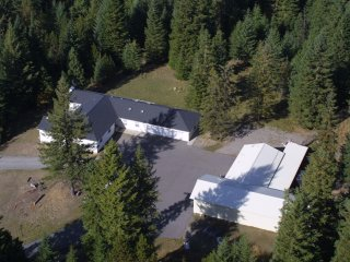 Escape to the Woods, private and secluded, but only 5 minutes from Downtown