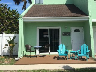 Island Townhouse North Hutchinson Island - Sleeps 5- Walk to Beach-Dog friendly