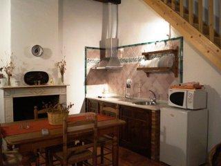 Salón de estar, chimenea y cocina.
