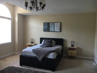 Private bedroom on a Super clean townhouse in beautiful Dundas