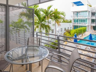Luxury Balcony Suite Overlooks Pool West Views All Amenities Included B10
