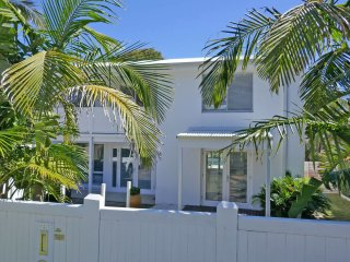 'The White House', 25 Tomaree Road - fantastic house with pool, linen  FOXTEL &