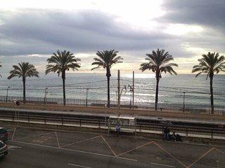 Aparthotel a 50 metros de la playa y estacion, y 30 minutos en tren a Barcelona