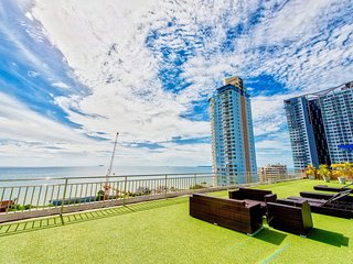 2 bedroom w/fantastic Pool View