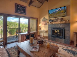 Mountain Luxury Condo for Two Golf, Pool, Hot Tub and Fitness Room