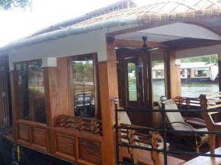 2 Bedrooms of Deluxe Individual Houseboat with free lunch, dinner and breakfast