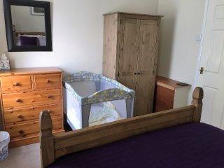 Camera da letto principale con lettino da viaggio
