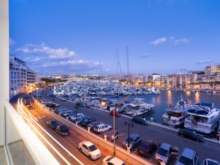 Luxury 3BR Apartment with Marina Views