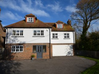 LONGCROFT EXCELLENT HOUSE - 3 MINUTES WALK TO THE BEACH