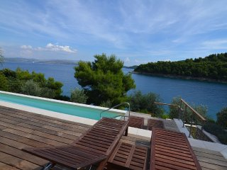 Waterfront holiday villa with pool for rent, Stomorska, Solta
