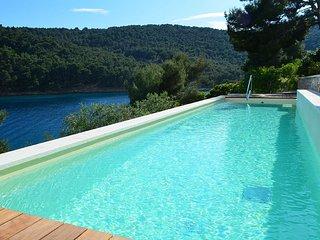 Waterfront holiday villa with pool for rent, Stomorska, Solta