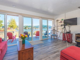 **Complimentary Dinner & Mid-stay Housekeeping**  Premium Lake House W/ Hot Tub