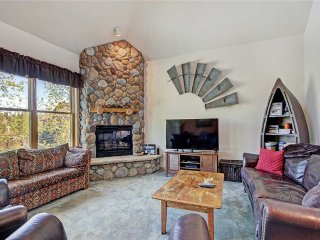 Spacious condo * Large LCD TVs * Outdoor hot tubs * Walk to lifts * Free wifi!