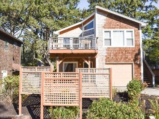 Two Blocks to Manzanita Beach, Queen Master Suite and Two Living Spaces for F