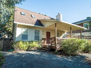 Bright, Cheery and Steps from Town and an Easy Walk to Manzanita Beach!