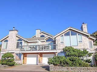 Steps To the Ocean, With Panoramic Views, Ocean-View Deck in Manzanita!