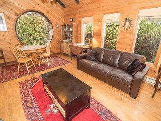 *Cozy Beach Cabin In The Perfect Location and Pet Friendly!