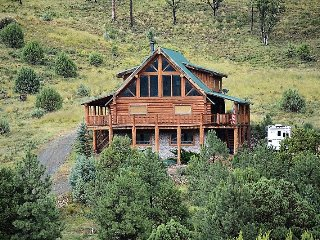 Beautiful Cabin w/ WiFi, BBQ, Big Screen TV, Communal Pool Access & Fireplace