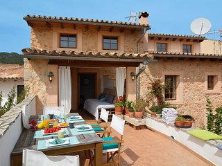 Spacious Stone Village House apartment in Alaro with WiFi & priveterras.