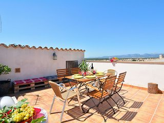 Traditional Townhouse apartment in Llubí with WiFi, private roof terrace & balco