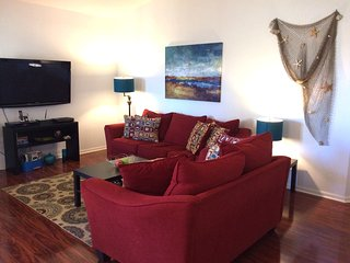 Beautiful 2bedrs/2baths, 5min from the beach, with pool